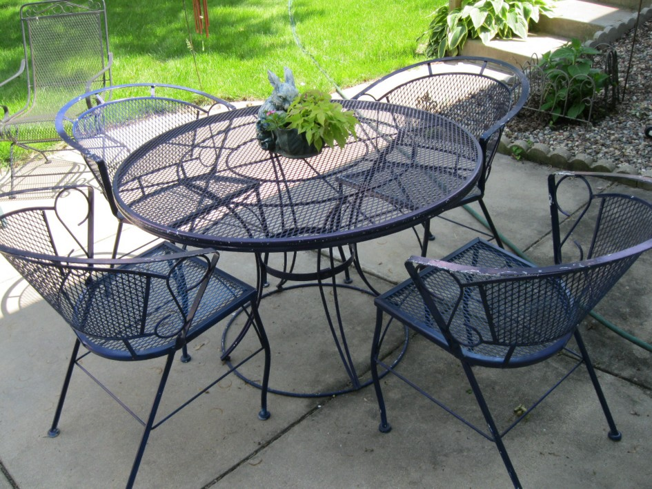 Picture of: Wrought Iron Patio Dining Table Round
