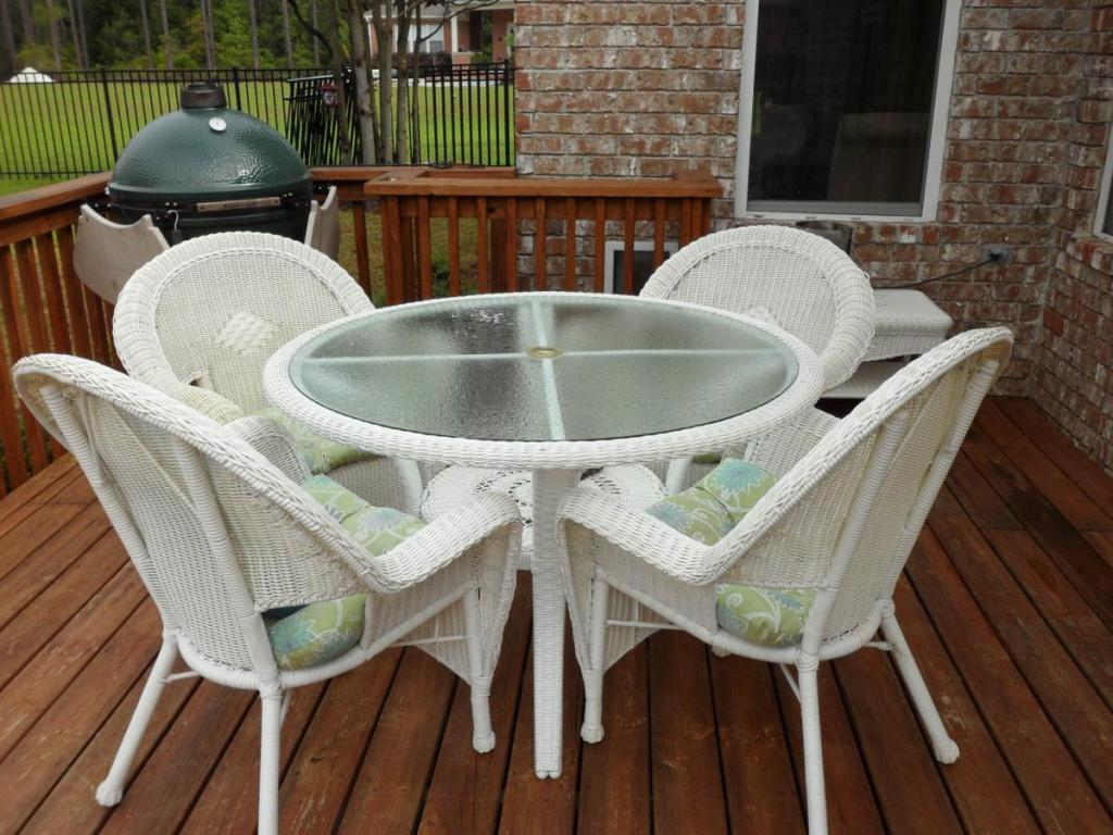 Image of: Resin Patio Table Set Ideas