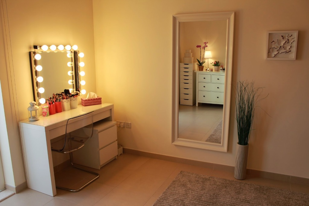Picture of: Makeup Vanity Table with Lights All Night