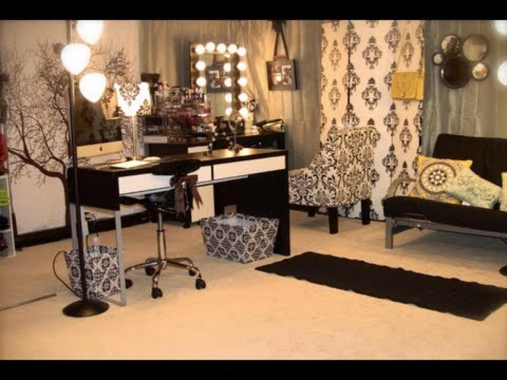 Picture of: Makeup Vanity Table with Lights Off
