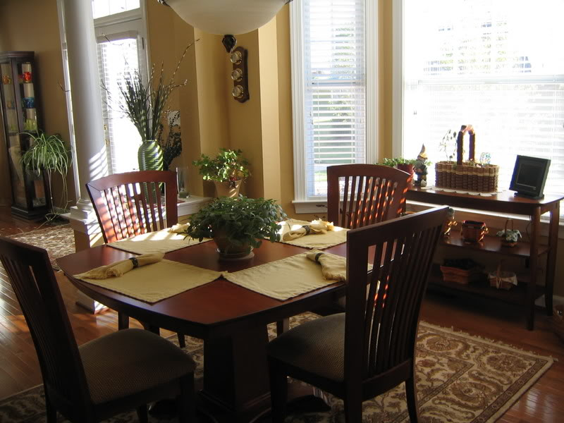 Picture of: Traditional rug under dining table