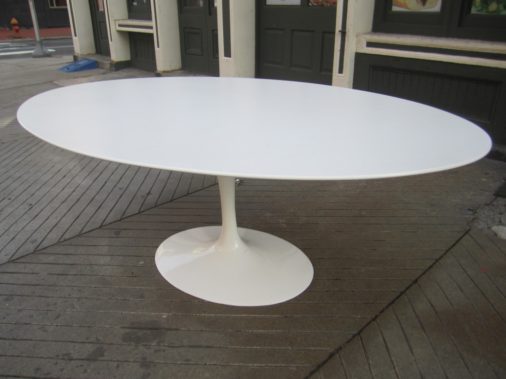 Picture of: White Saarinen Oval Dining Table