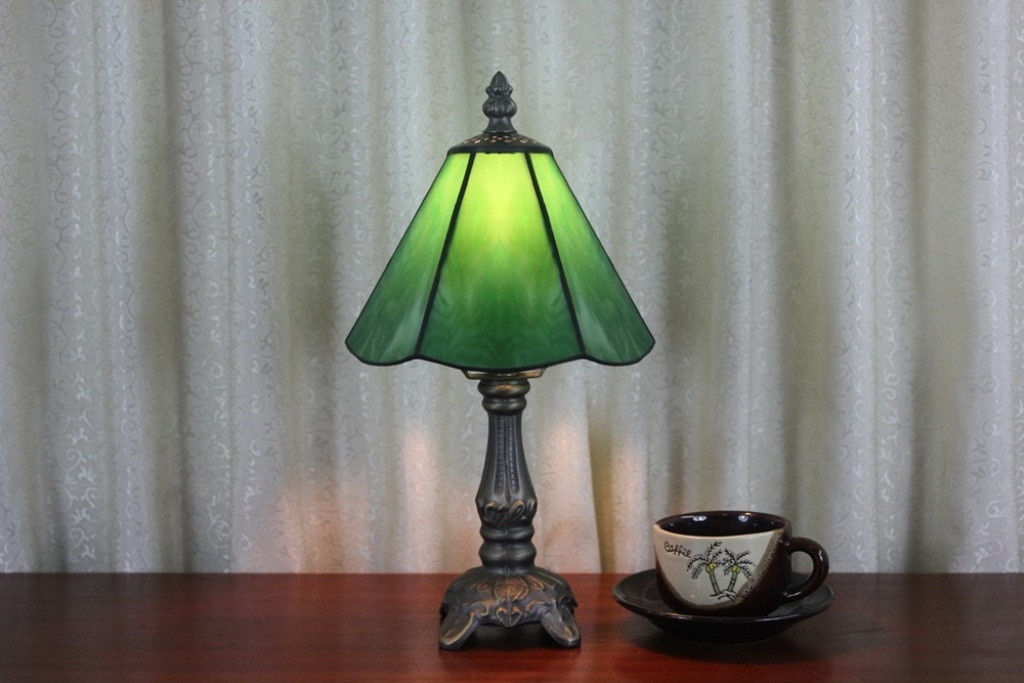 Picture of: Antique Stained Glass Table Lamp