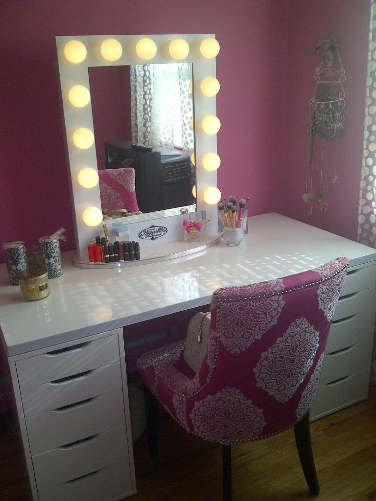 Picture of: Makeup vanity table with light