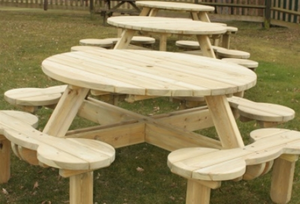 Image of: Round Picnic Table With Umbrellas
