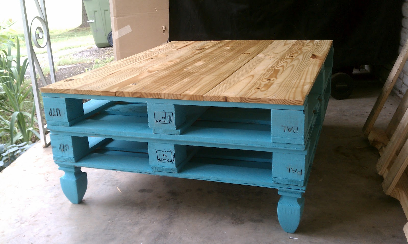 Image of: Small Pallet Coffee Table
