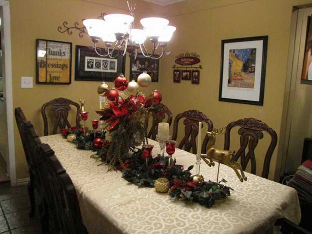 Image of: Dining Room Table Decorations For Christmas