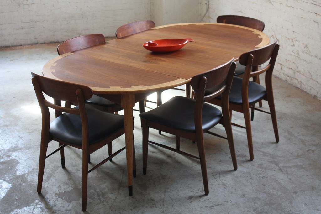 Picture of: Mid Century Modern Round Dining Table Expandable