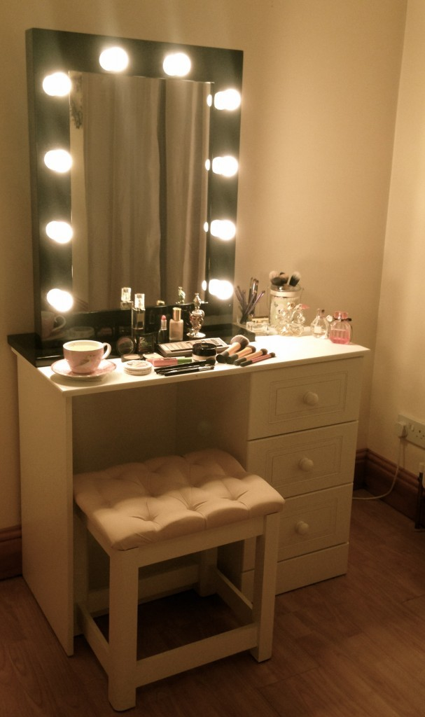 Picture of: Amazing Vanity Table With Lights
