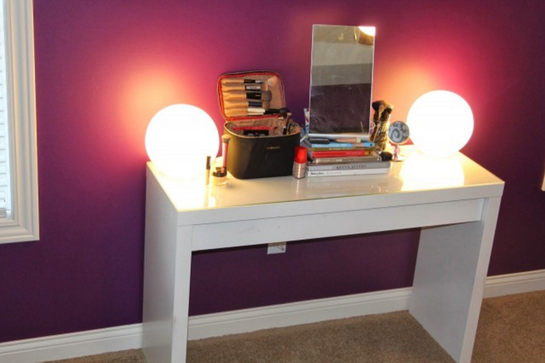 Picture of: Beautiful Makeup Vanity Table With Lights