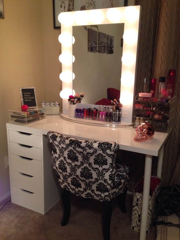 Picture of: Beautiful Vanity Table With Lights