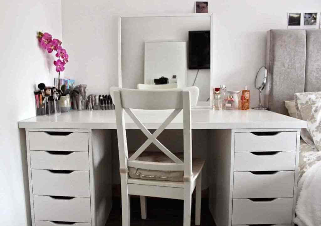 Image of: Bedroom Makeup Vanity Corner