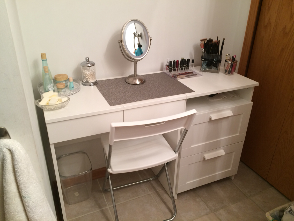 Image of: Bedroom Makeup Vanity Simple