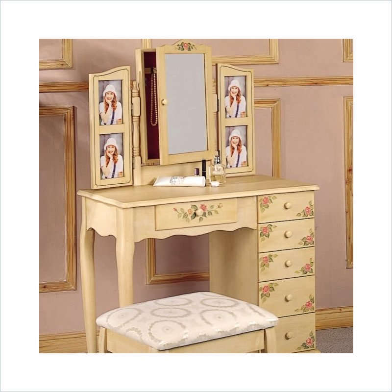Picture of: Bedroom Vanity Desk Decor