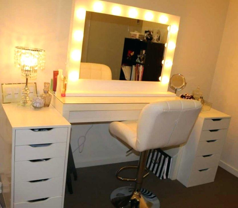 Picture of: Bedroom Vanity Set with Lights Ideas