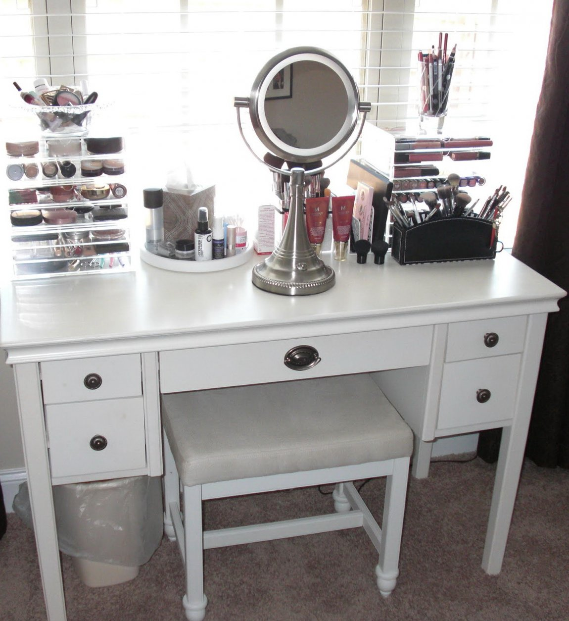 Picture of: Bedroom Vanity Set with Lights Small