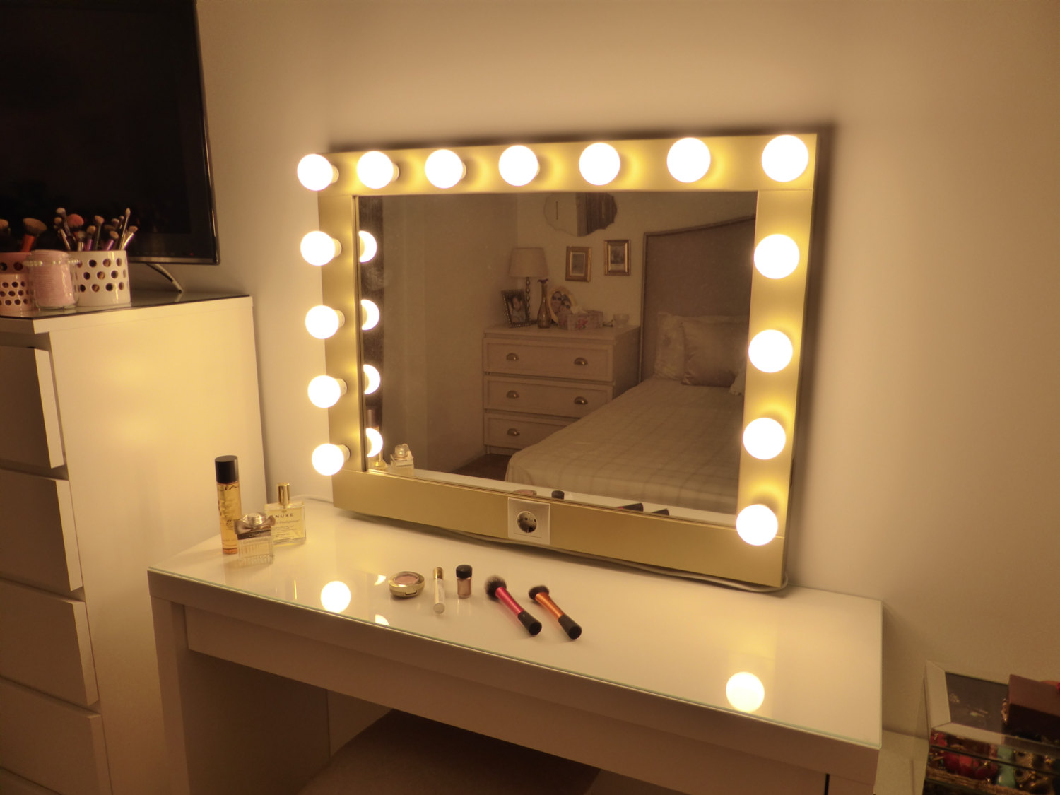 Image of: Bulb Vanity Mirror With Lights Diy