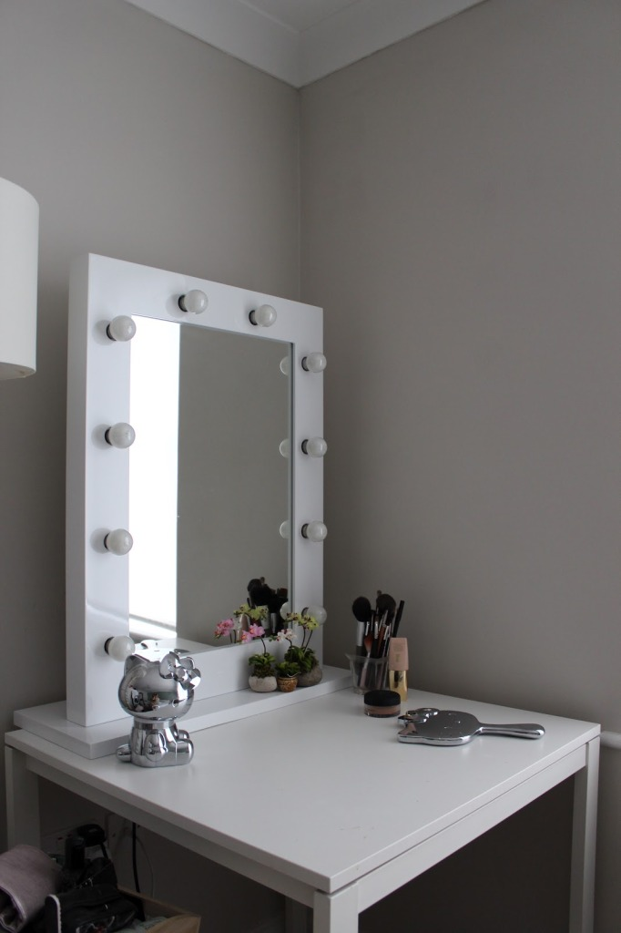 Picture of: Easy Makeup Vanity Table With Lights