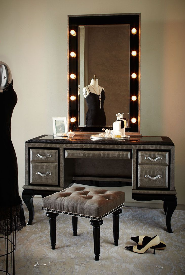 Picture of: Elegant Vanity Table With Lights