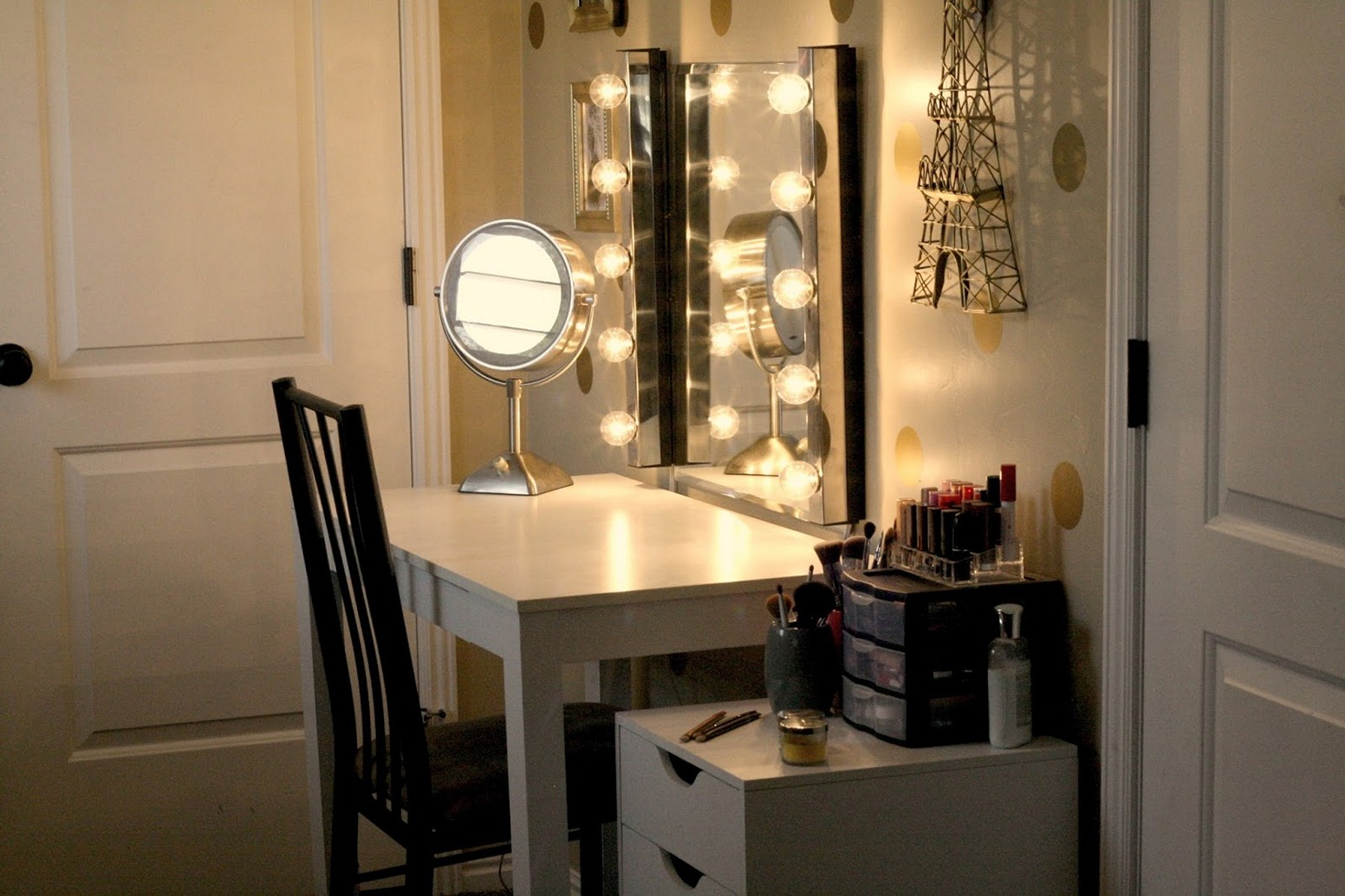 Picture of: Hollywood Vanity Mirror with Light Bulbs