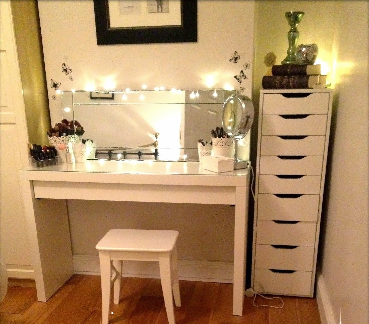 Picture of: Idea Vanity Table With Lighted Mirror