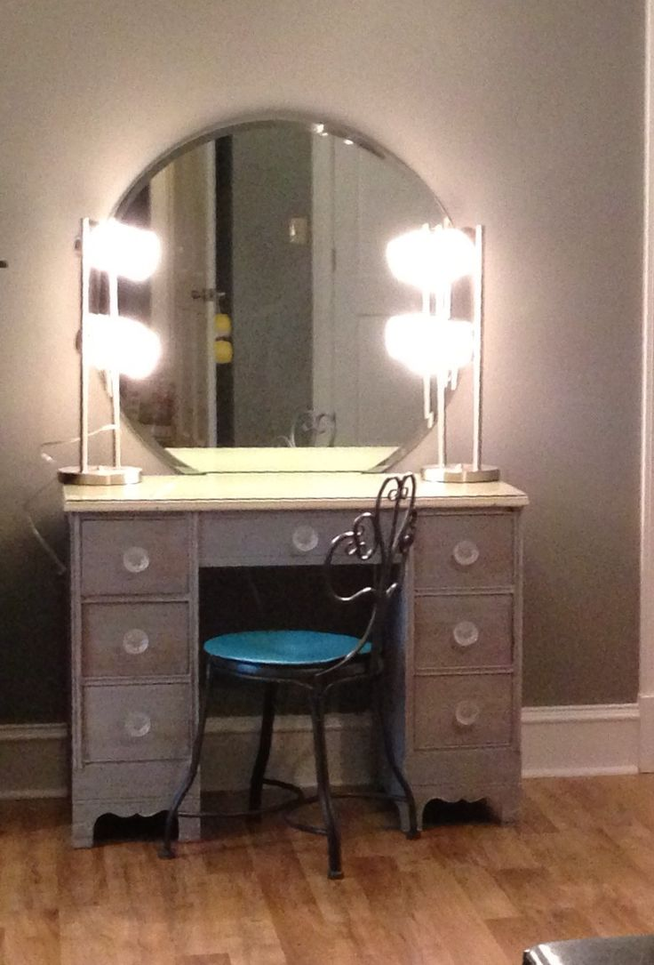 Picture of: Interest Vanity Set With Lights