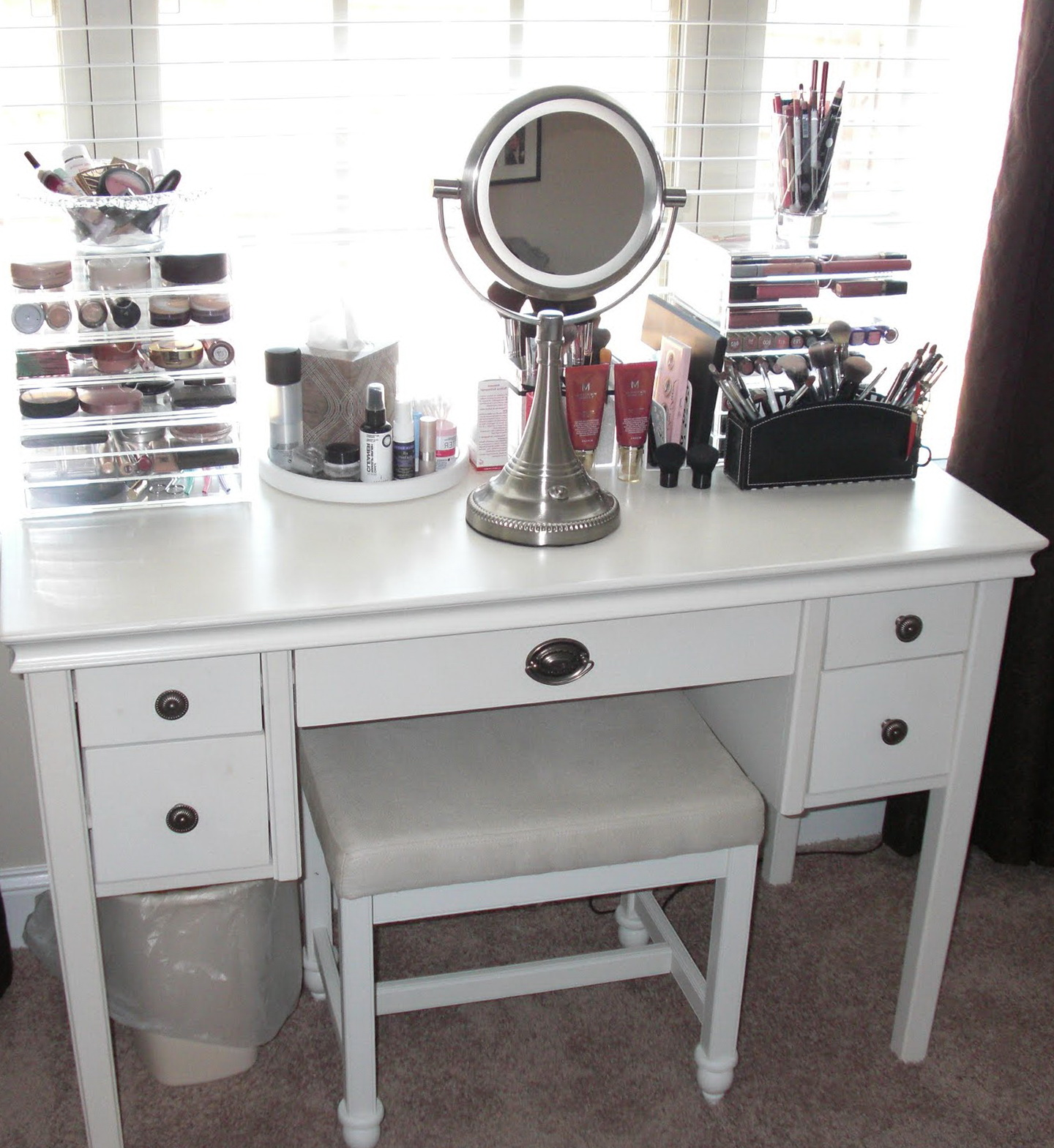 Picture of: Lighted Vanity Set With Mirror