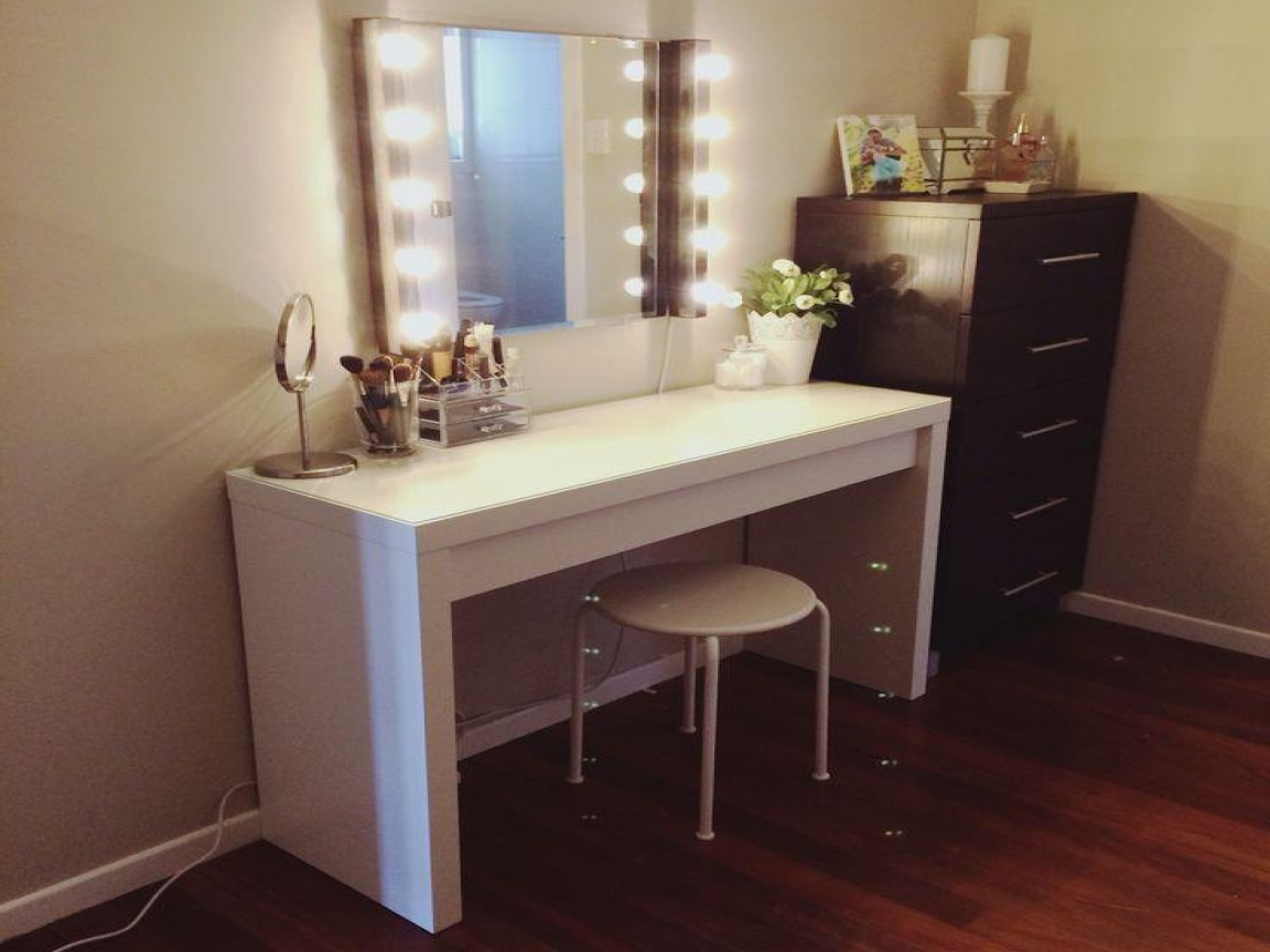 Picture of: Mahogany Vanity Set With Lights