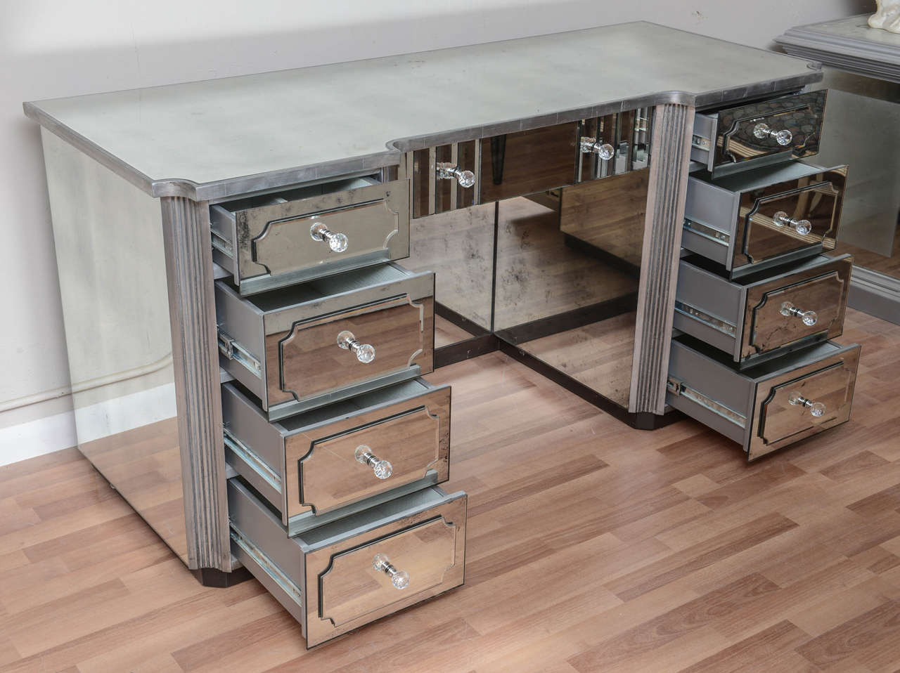 Image of: Mirrored Vanity Table with Drawer