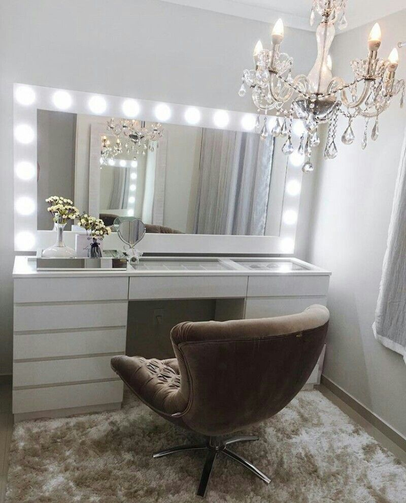 Picture of: Modern Vanity Table With Lights