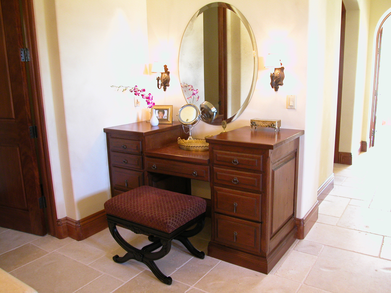 Picture of: Oval Vanity Mirror Bedroom