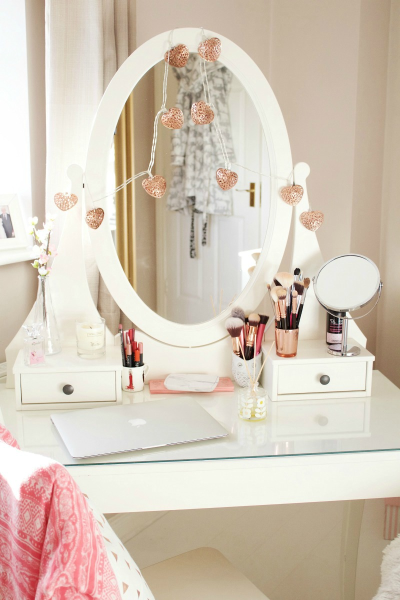 Picture of: Oval Vanity Table With Lighted Mirror