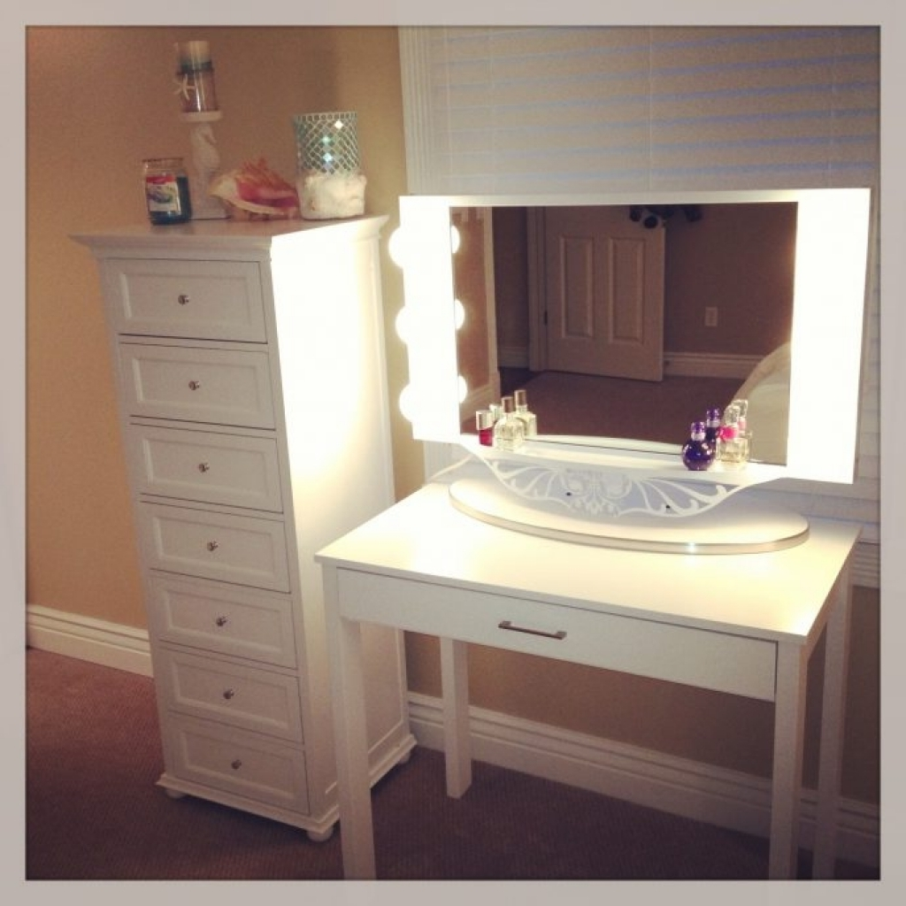 Image of: Review Bedroom Vanity With Lights