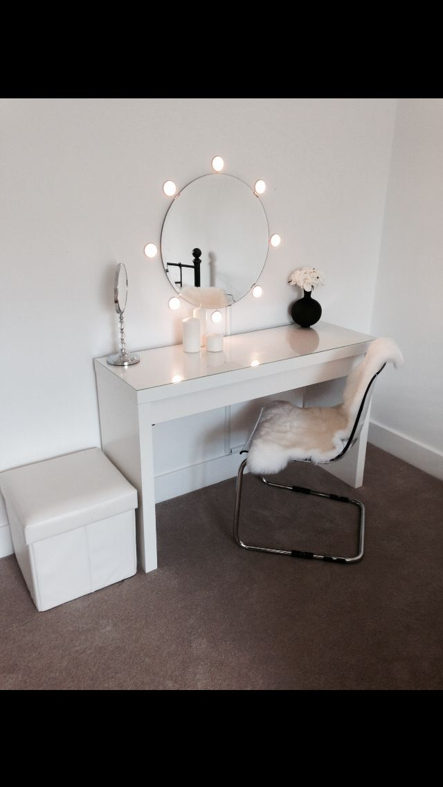 Picture of: Simple Makeup Vanity Table With Lights