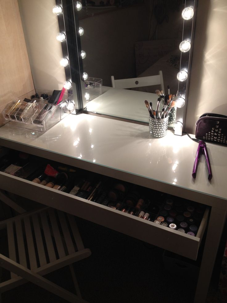 Picture of: Simple Vanity Table With Lights