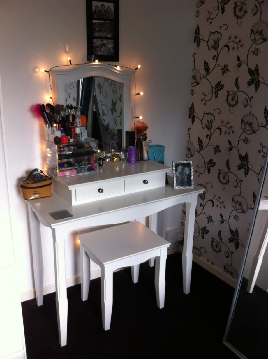 Picture of: Small Vanity Set With Lights