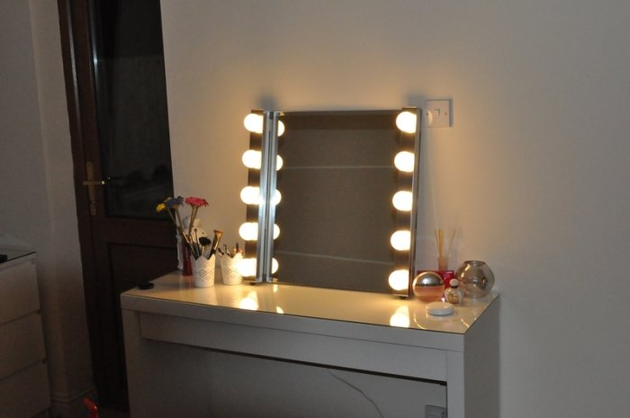 Picture of: Small Vanity Table With Lights