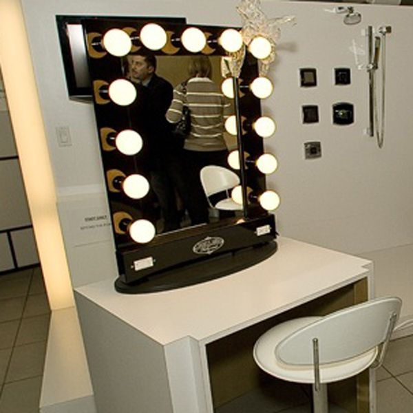 Picture of: Traditional Hollywood Vanity Mirror With Lights