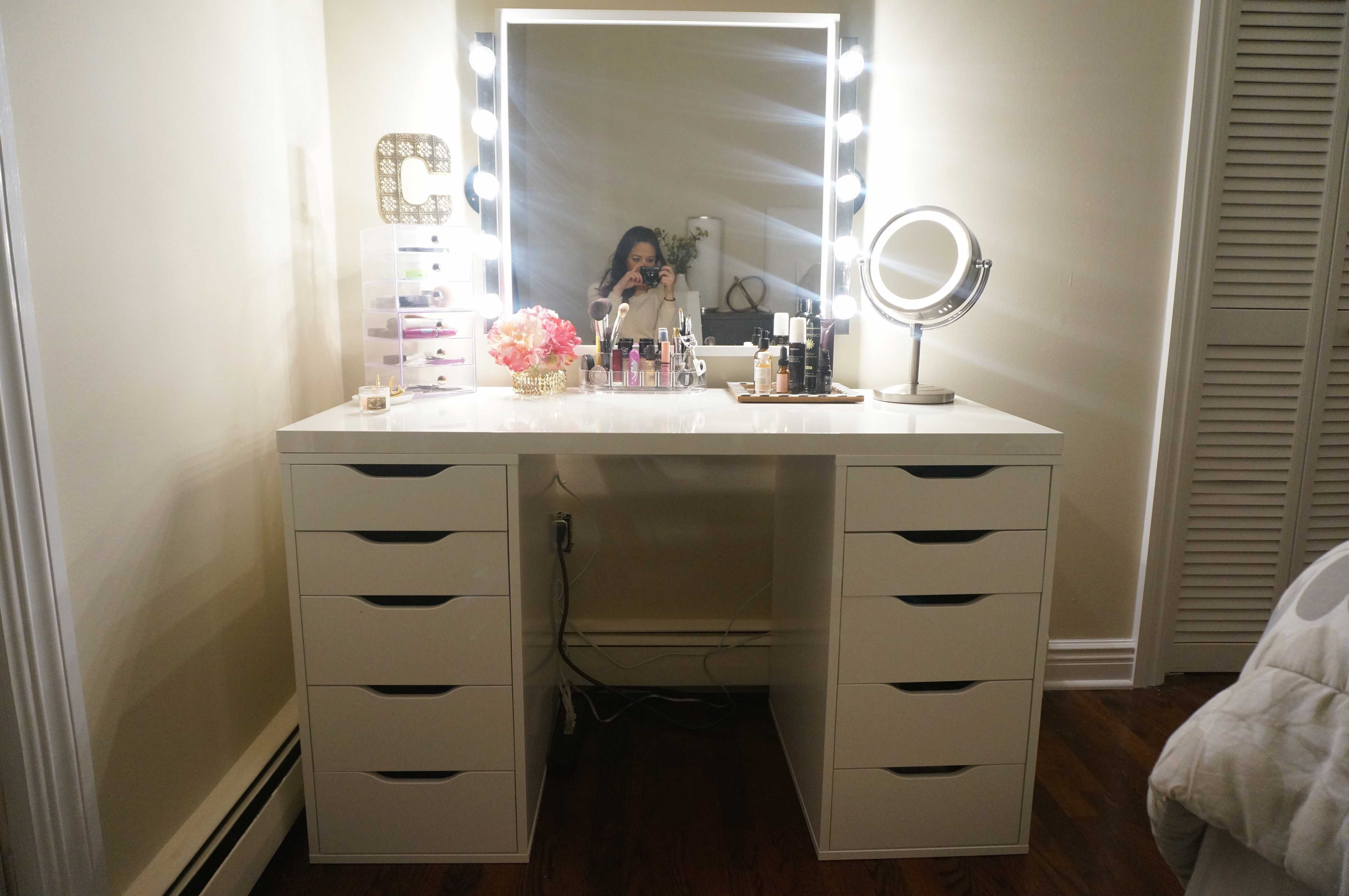 Picture of: Vanity Set With Lighted Mirror Vanity Set