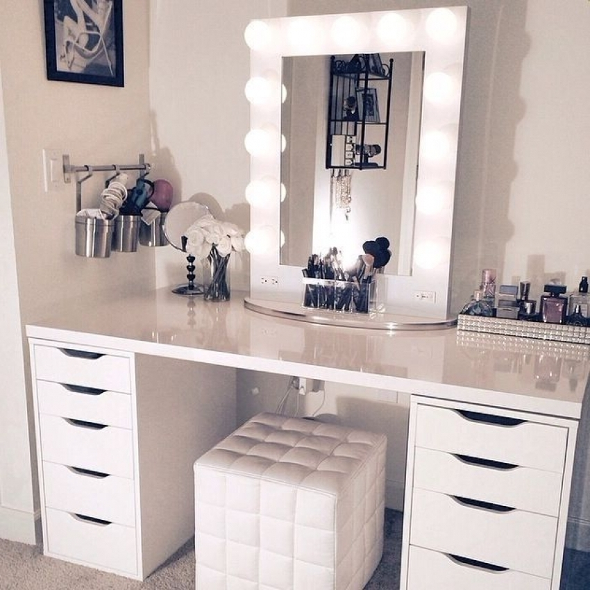 Picture of: Vanity Table With Lighted Mirror Modern
