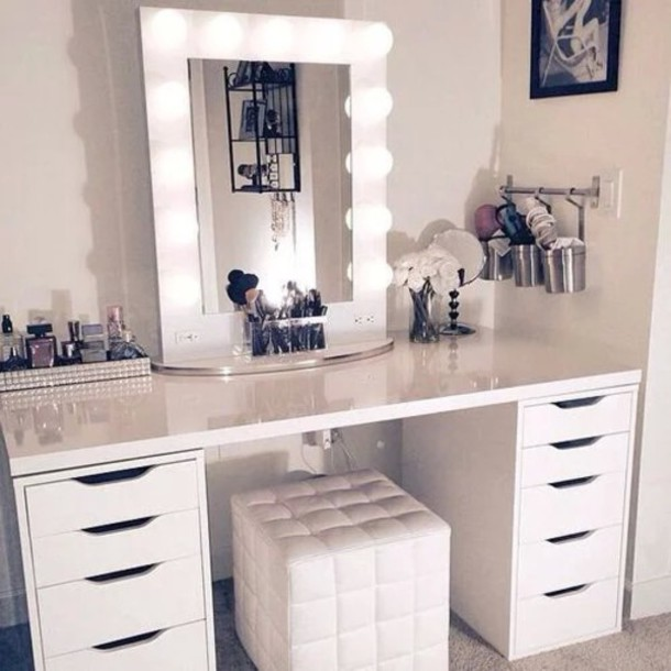 Picture of: White Makeup Vanity Table With Lights