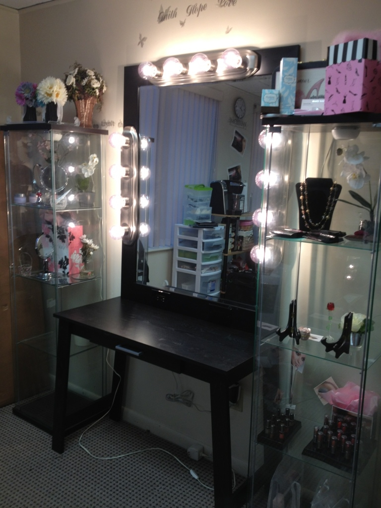 Image of: Bedroom Makeup Vanity With Lights Decor
