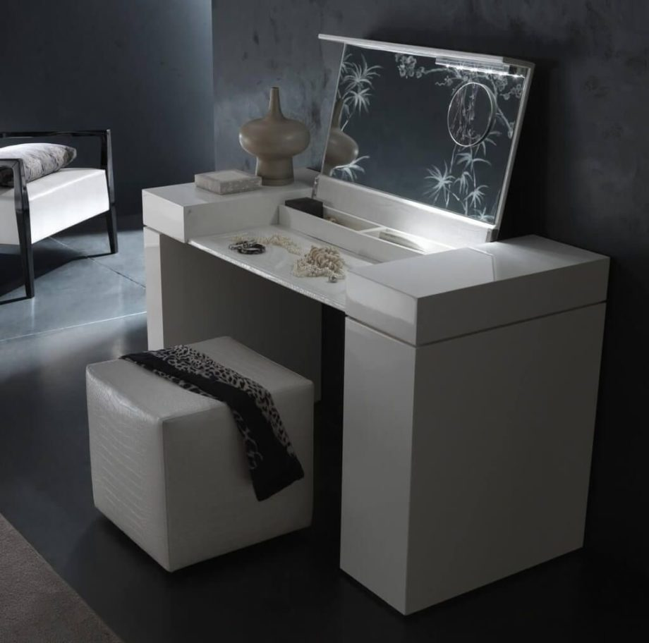 Image of: Bedroom Makeup Vanity With Lights Furniture