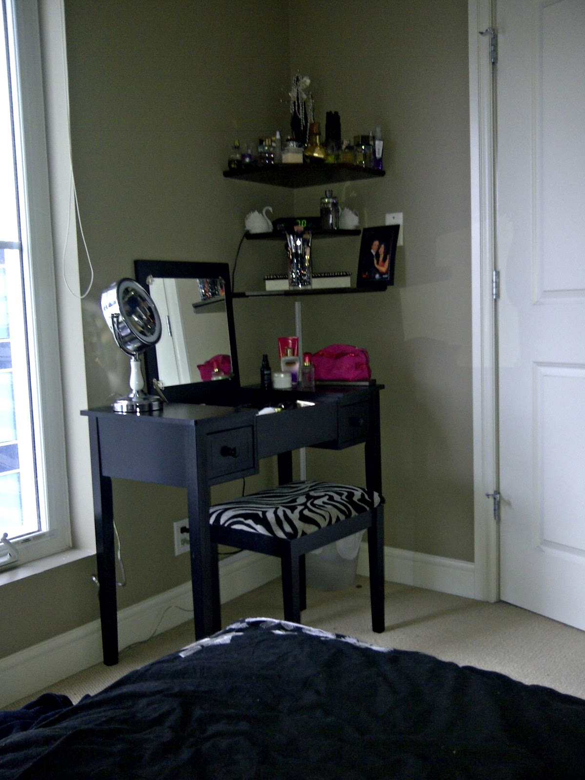 Image of: Black Vanity Ideas for Small Bedroom