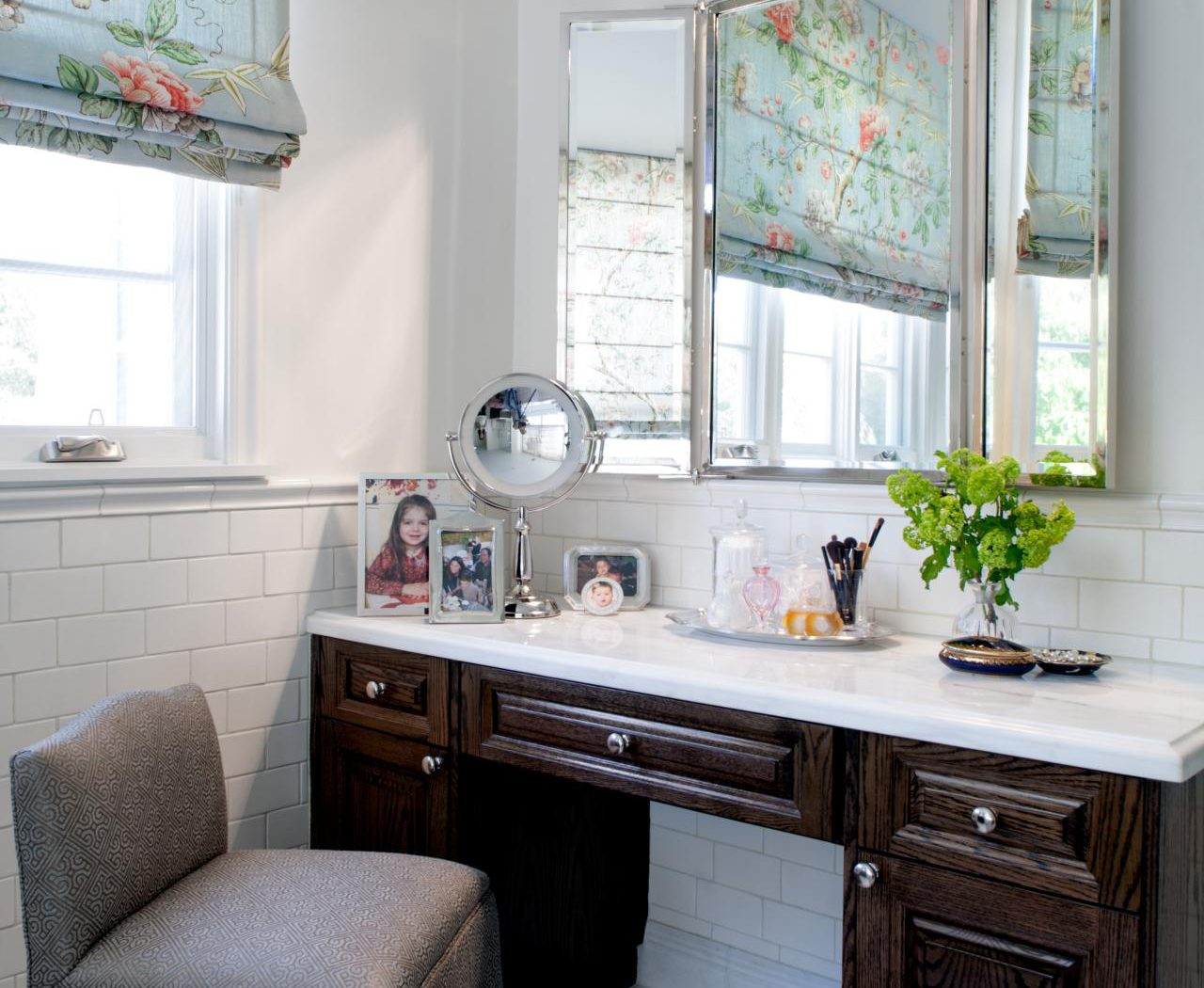 Picture of: Built In Bedroom Vanity Ideas