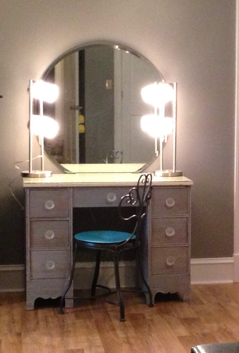 Image of: Classic Bedroom Makeup Vanity With Lights