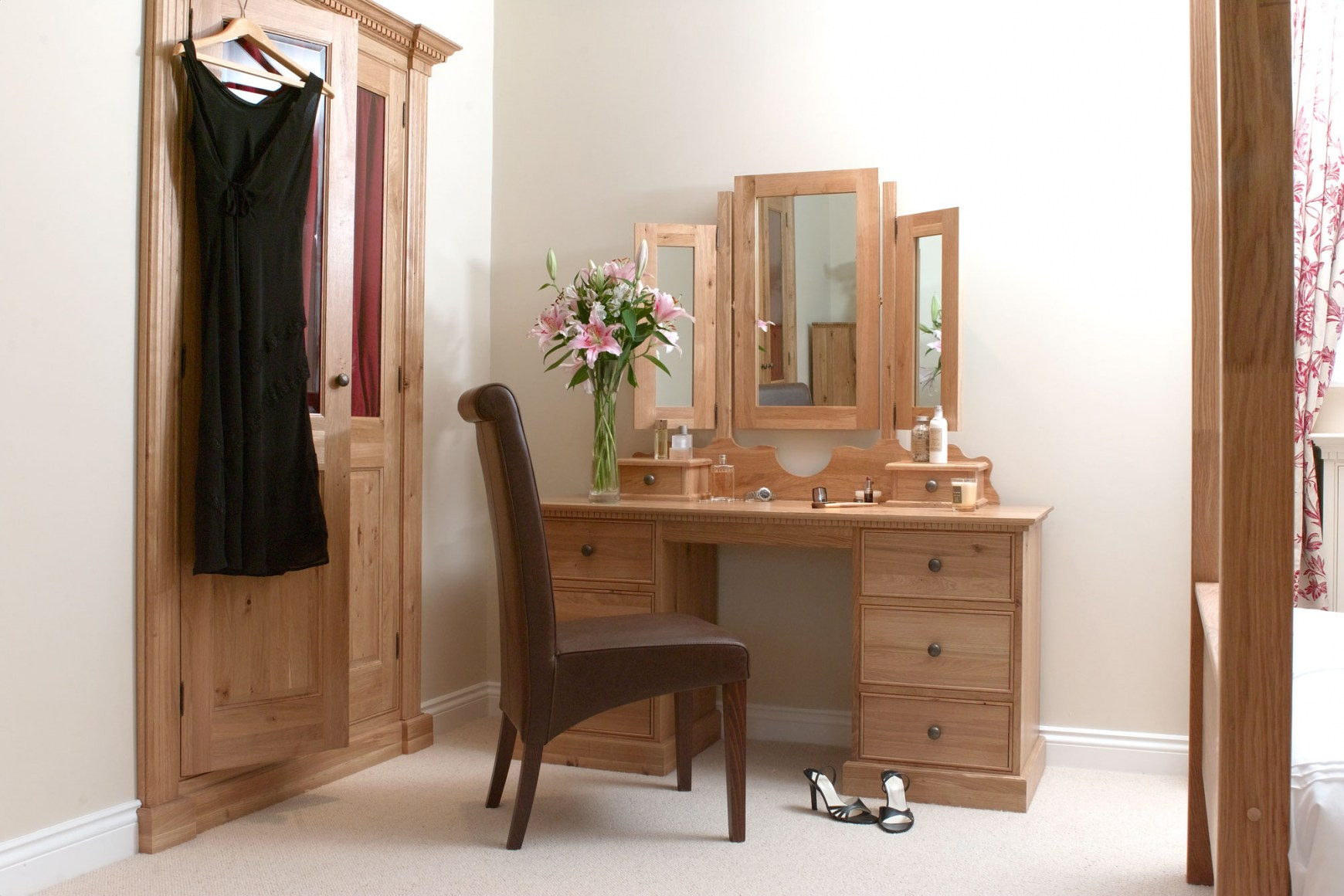 Image of: Corner-Bedroom-Vanity-with-Mirror