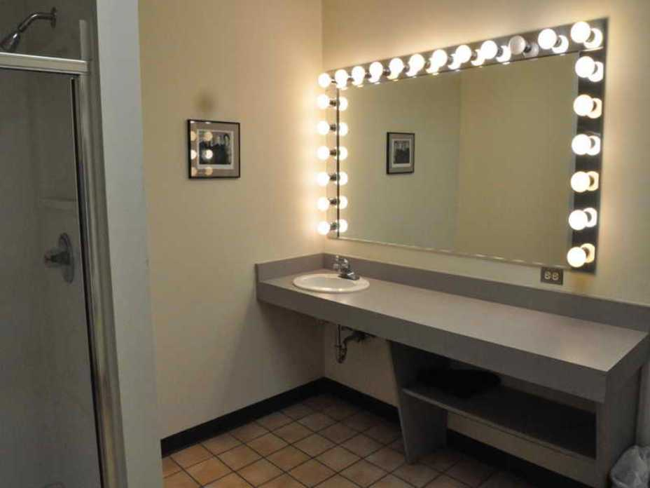Image of: Idea Makeup Vanity Table With Lighted Mirror