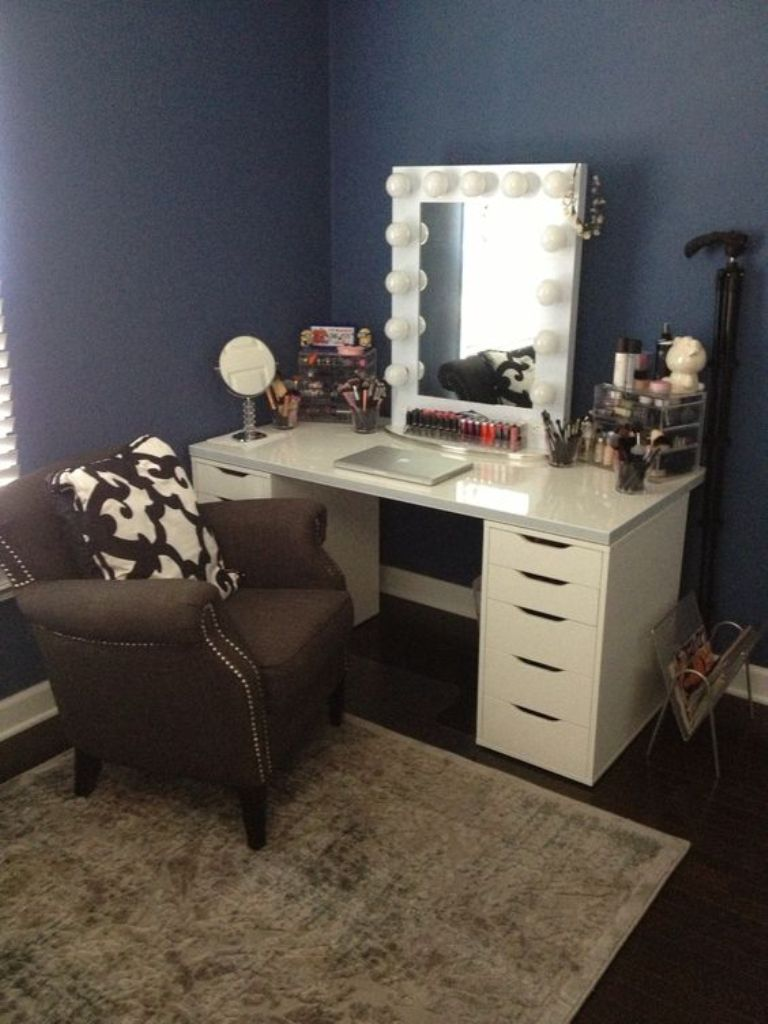 Image of: Inspiring Bedroom Makeup Vanity With Lights