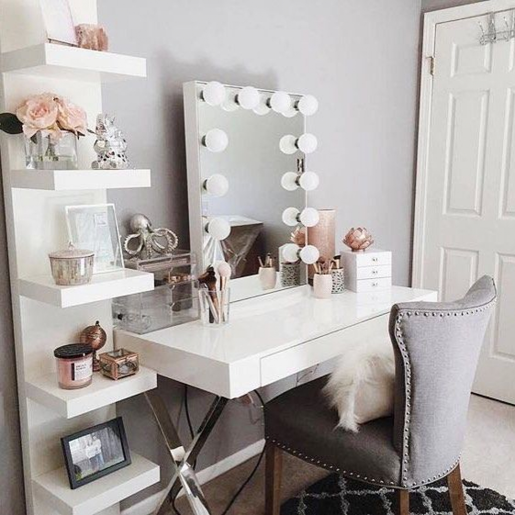 Image of: Makeup Vanity Table with Lighted Mirror Bedroom